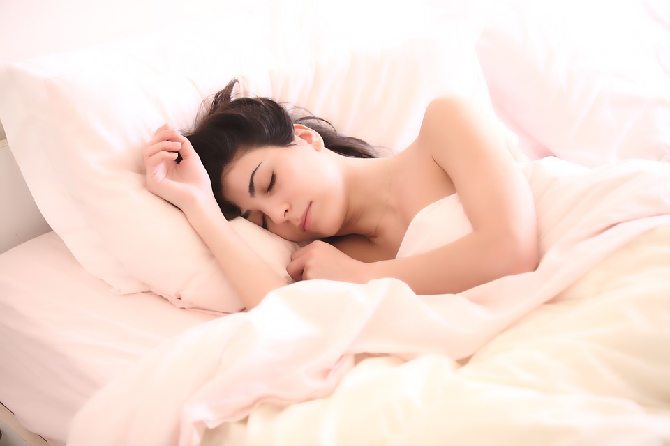 woman sleeping in bed: what your dreams say