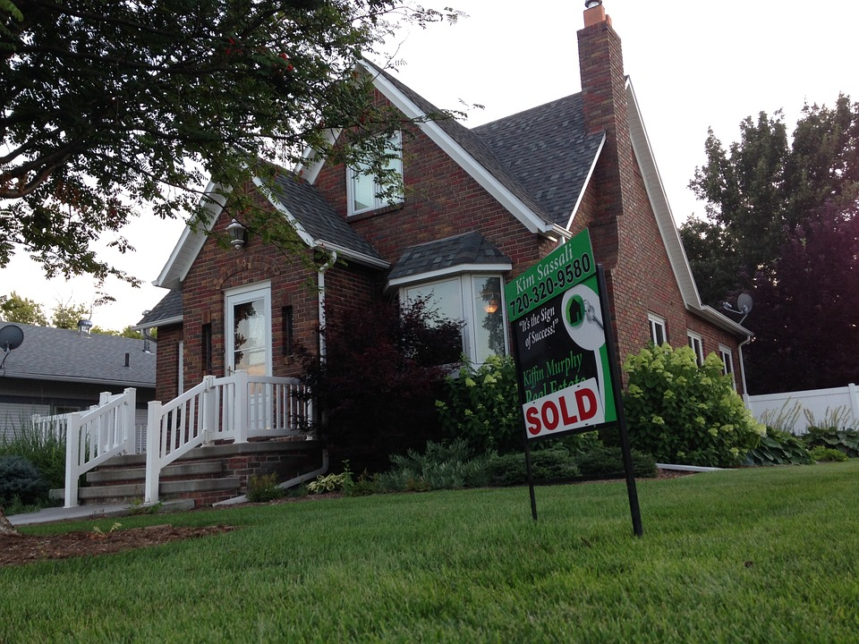 dazzle potential buyers: big house with for sale sign on lawn.