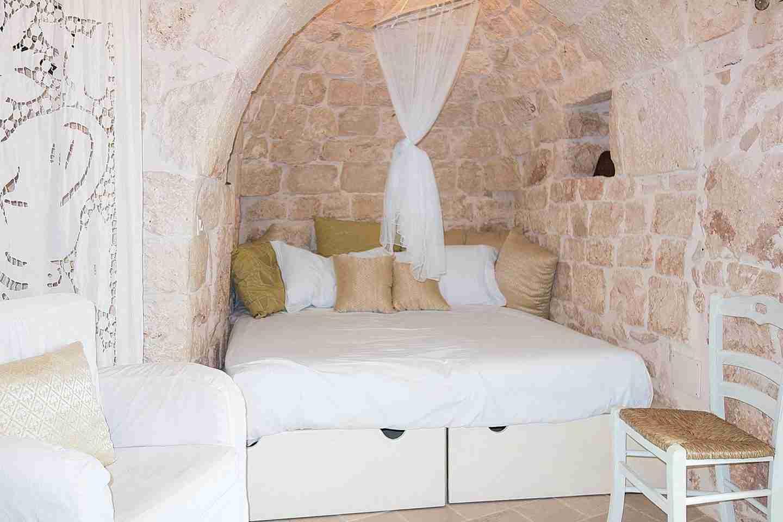 four poster white bedroom.