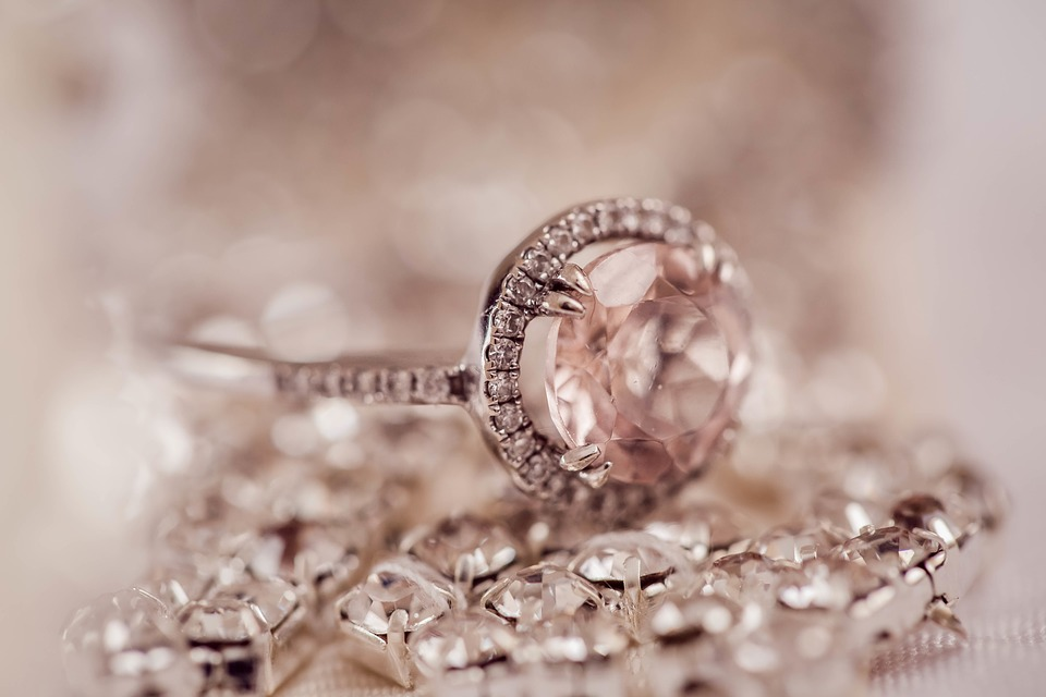 CHOOSING WHETHER TO PAWN OR SELL YOUR JEWELLERY
