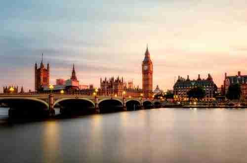 London Houses of Parliament: couple's break.