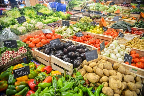 benefits of vegetables: vegetable section at supermarket