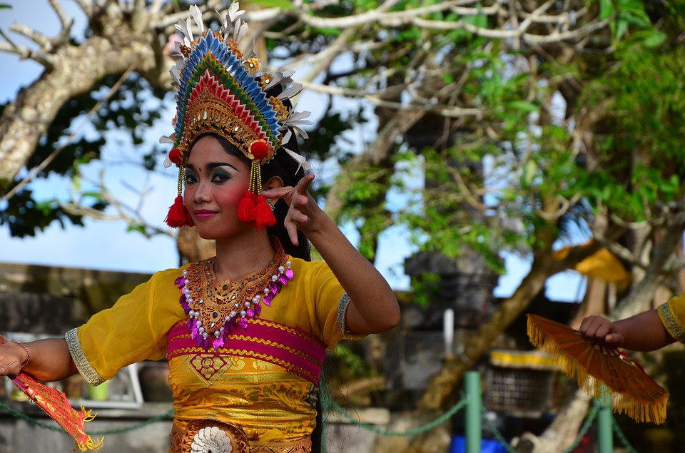 guide to Ubud: girl in costume dancing