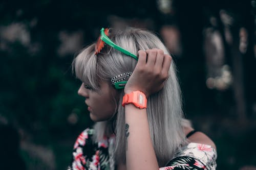 girl with grey hair: hair trends for 2020