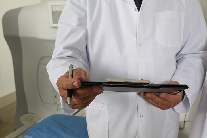 doctor holding charts signs of endometriosis