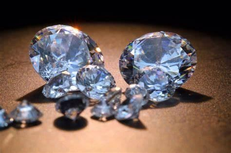 diamond is made: small and large diamonds on table