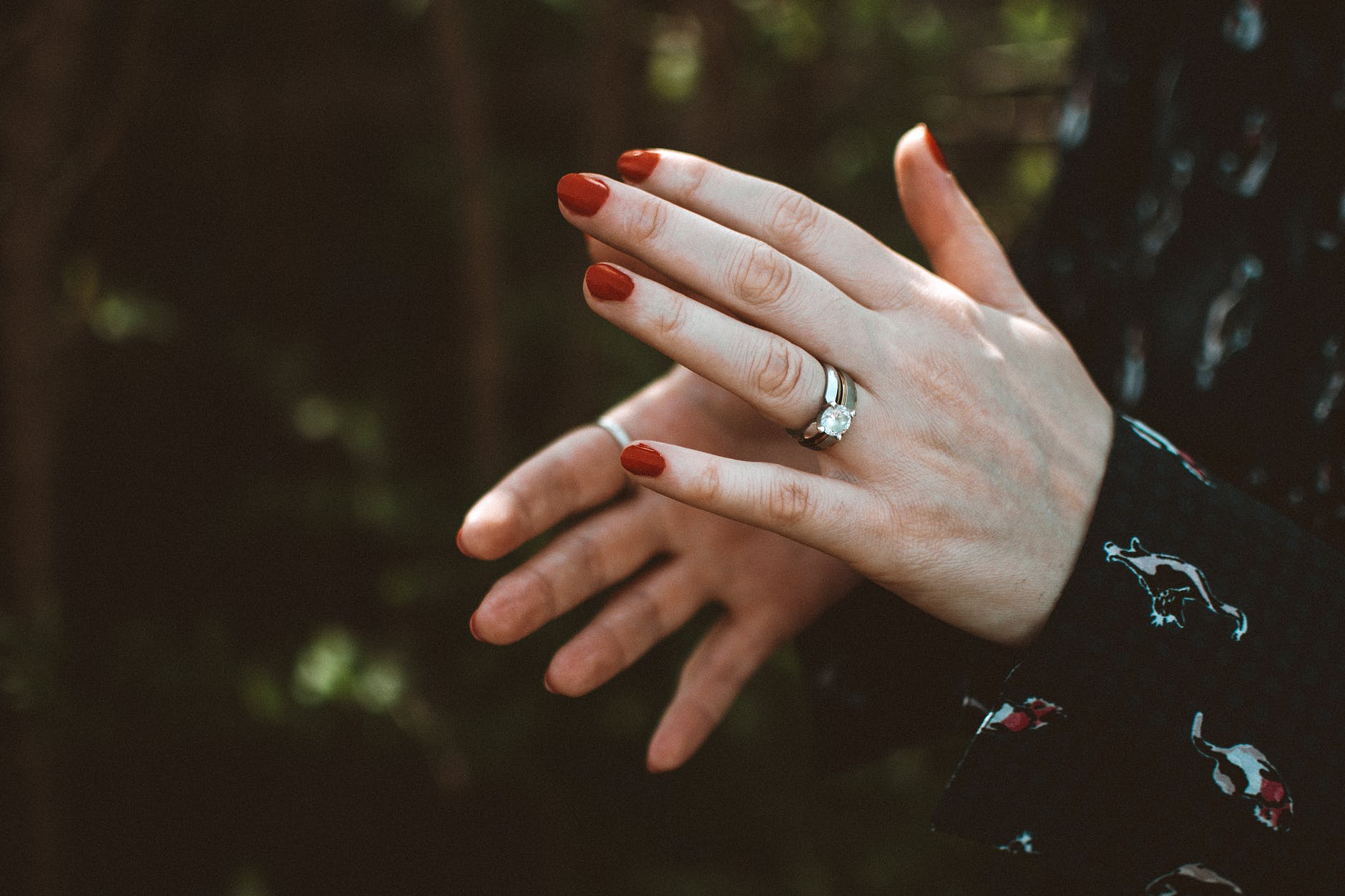buying a 2 carat diamond: diamond ring in a woman's hand.