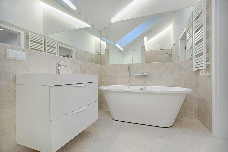 Ideas for small bathrooms: White bath and white bathroom furniture in small bathrrom.
