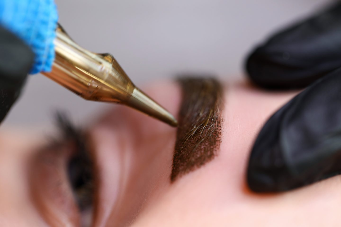 Beauty masters hands do permanent natural brow tattoo makeup